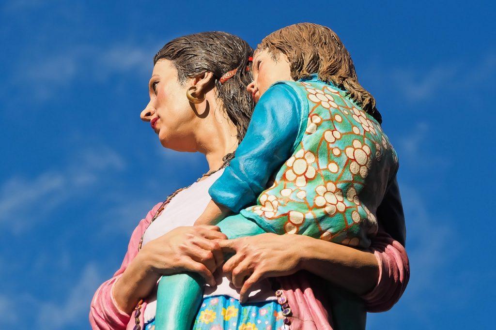 פסל של אמא וילדה